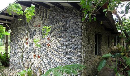 Poze Fatade - Casa din piatra cu un interesant model pe unul din peretii laterali
