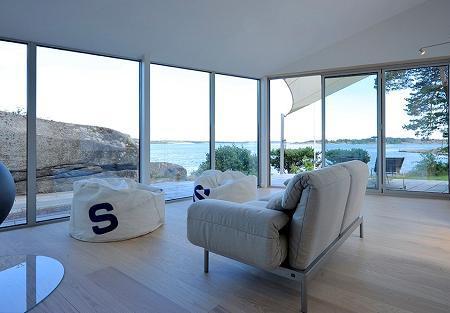 Zona de zi cu ferestre generoase care ofera o priveliste deosebita inspre mare