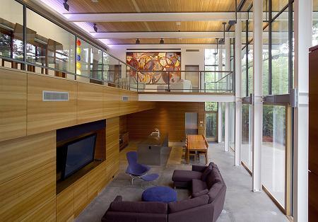 Poze Living - Perete de sticla si lemn intr-o zona de zi minimalista