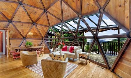 Poze Living - Livingul unui dom geodezic unde finisajele in nuante deschise ale lemnului creaza o atmosfera calma si relaxanta