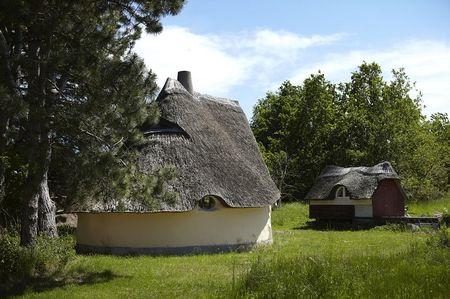 Poze Fatade - Casa ecologica cu peretii din lut si acoperisul din paie