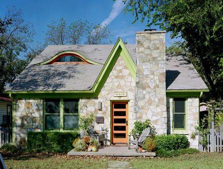 Poze Fatade - Fereastra in forma de spranceana, un detaliu vizual interesant la fatada casei