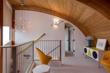 Poze Intrare si hol - Design interior modern in holul de la etajul unei case spectaculoase construita in forma de val