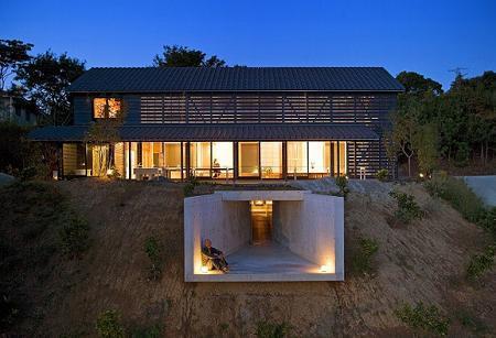 Poze Fatade - Casa cu pereti de sticla umbriti de panouri de lemn