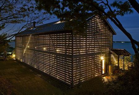 Poze Fatade - Casa cu aspect de hambar si pereti de sticla umbriti de panouri