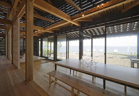 Poze Sufragerie - Sufragerie minimalista, cu multa lumina naturala si mult lemn