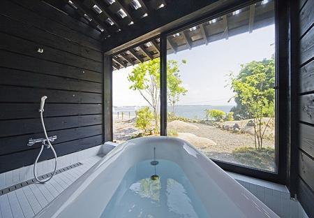 Poze Baie - O baie minimalista, cu multa lumina naturala, intr-o casa de lemn