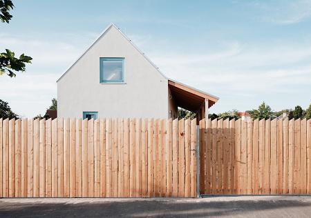 Poze Garduri si porti - Un gard rustic, simplu, dar estetic, din lemn