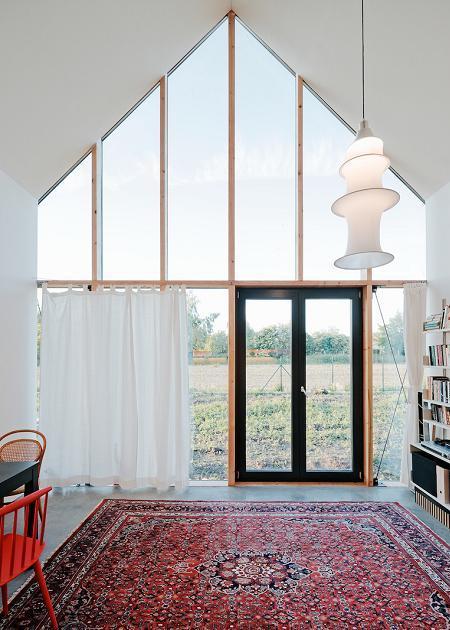 Poze Living - Zona de zi cu un perete de sticla