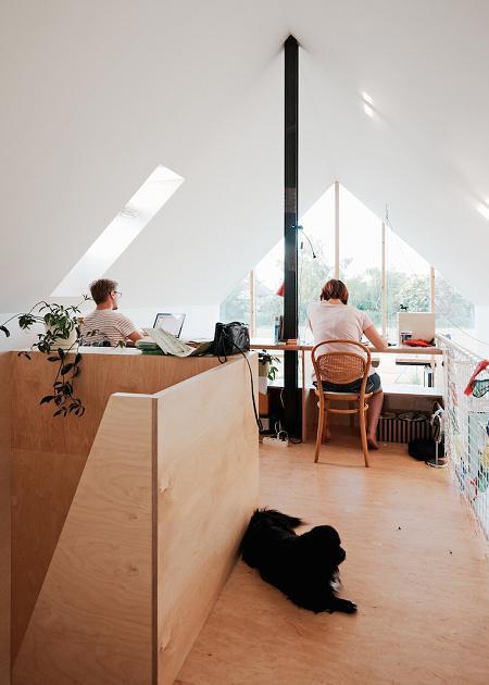 Poze Birou si biblioteca - Un birou amenajat la mansarda