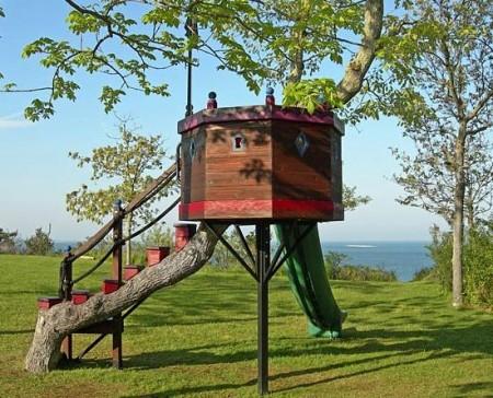Poze Haioase - Casuta din copac, locul preferat de joaca al celor mici