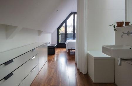 Poze Dormitor - O perdea usoara delimiteaza dormitorul matrimonial de baie