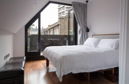Poze Dormitor - Dormitorul londonez cu un mic balcon cu parapet zidit din nelipsita caramida