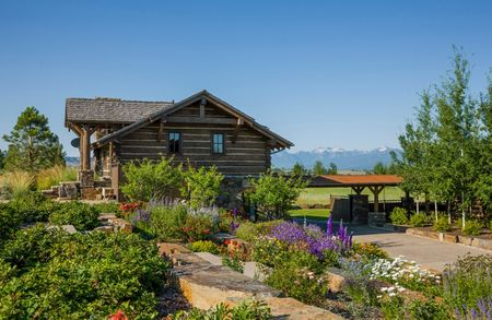 Poze Case lemn - O casa din lemn pusa in valoare de superba gradina ce o inconjoara