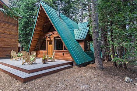 Poze Case lemn - Casa din lemn in forma de A construita in mijlocul padurii