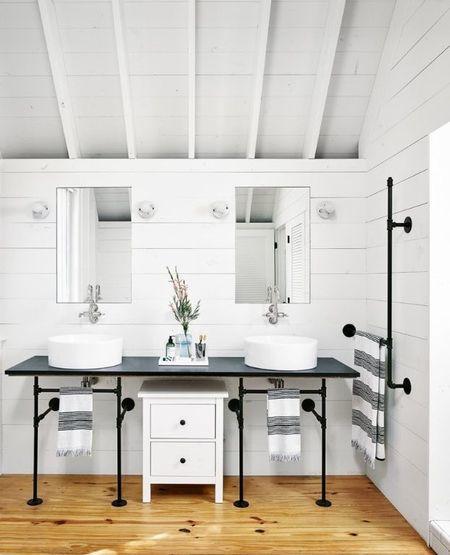 Poze Baie - Baie cu design modern intr-o casa din lemn