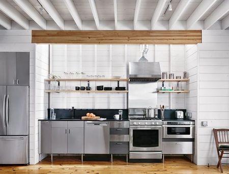 Poze Bucatarie - Lemnul, omniprezent in aceasta bucatarie moderna