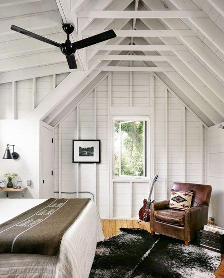 Poze Dormitor - Dormitor alb in mansarda din lemn