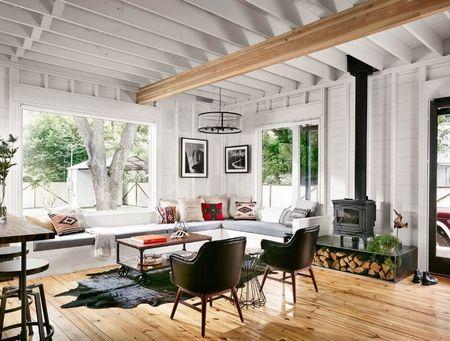 Poze Living - Living cu un design modern intr-o casa din lemn