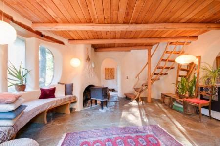 Poze Case lemn - Interiorul unei case ecologice realizata din lut si lemn