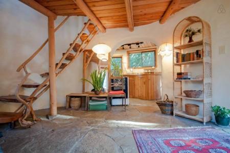 Poze Scari - Treptele scarii rustice sunt inglobate la un capat in peretele de lut al acestei case ecologice