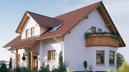 Poze Fatade - Balcon din lemn la o frumoasa casa cu mansarda