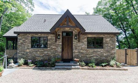 Poze Fatade - Casa mica cu fatada placata cu piatra naturala