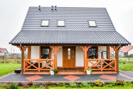 Poze Terasa - casa-mica-terasa-lemn-acoperita-fatada-2.jpg