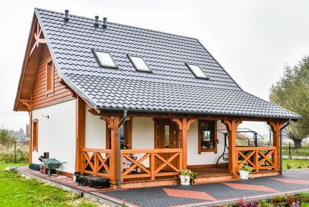 Poze Fatade - casa-mica-terasa-lemn-acoperita-fatada-3.jpg