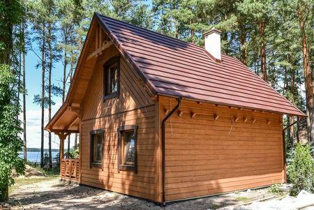Poze Case lemn - casa-mica-terasa-lemn-acoperita-fatada-6.jpg