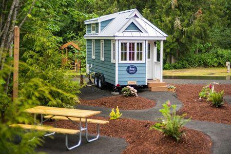 Poze Case lemn - Casuta de vacanta pe roti cu fatada din lemn colorata in albastru