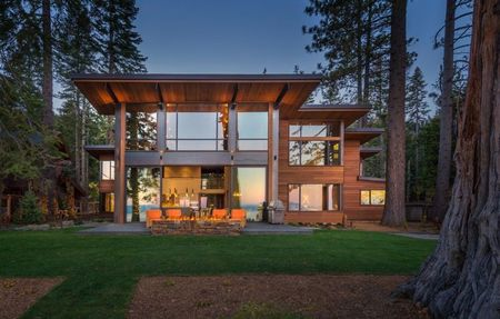 Poze Fatade - Casa moderna din lemn si sticla, inconjurata de o padure seculara de conifere