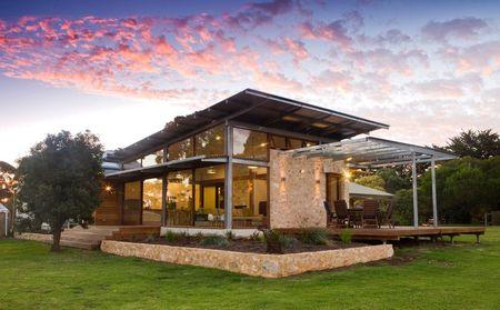Poze Fatade - Piatra naturala isi gaseste locul chiar si la o casa moderna cu structura din otel si peretii din sticla