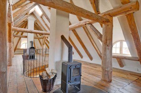 Poze Case lemn - Podul unei case naturale construita din lemn, lut si paie