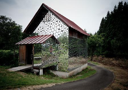 Poze Fatade - Casa acoperita cu oglinzi circulare atat la exterior cat si la interior