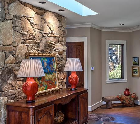 Poze Intrare si hol - Hol amenajat rustic, cu piatra naturala si mobilier de lemn