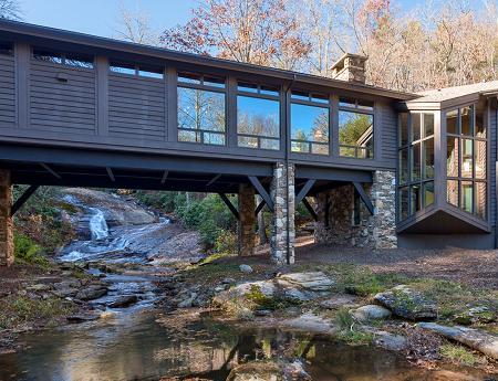 Poze Case lemn - Casa din piatra si lemn construita peste un parau