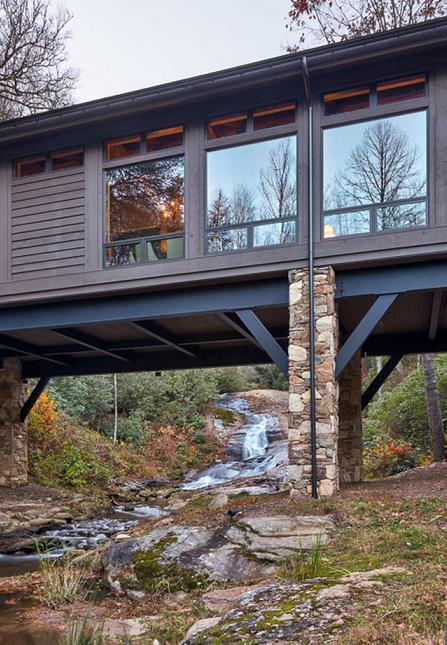 Poze Fatade - Casa pe piloni din piatra naturala si placata cu lemn, construita peste un parau de munte