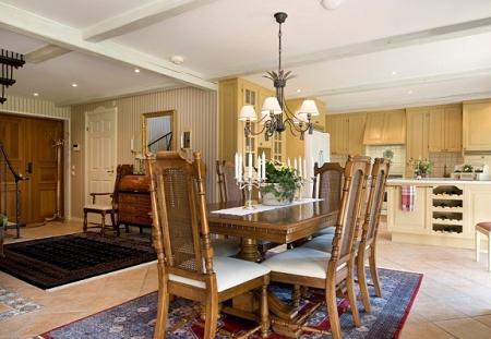 Poze Sufragerie - Sufragerie clasica, in culori calde cu masa si scaune din lemn