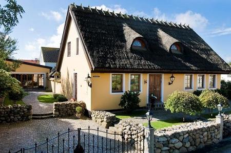 Poze Garduri si porti - Casa cu gard de piatra si acoperis de stuf