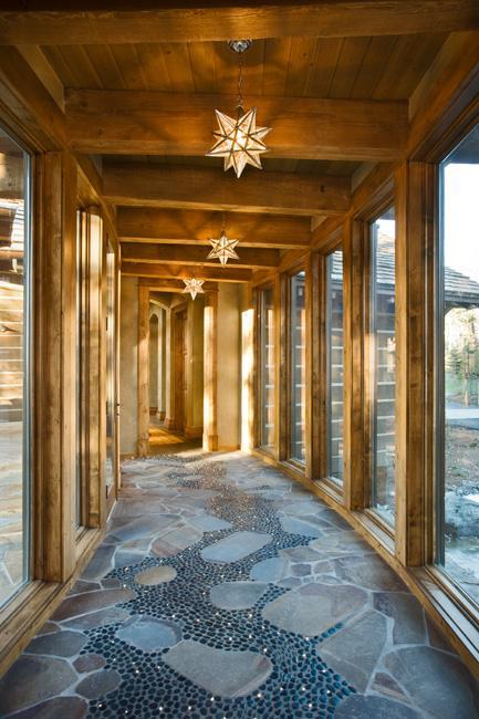 Poze Intrare si hol - Hol cu pereti de sticla si pardoseala din blocuri de piatra si petris