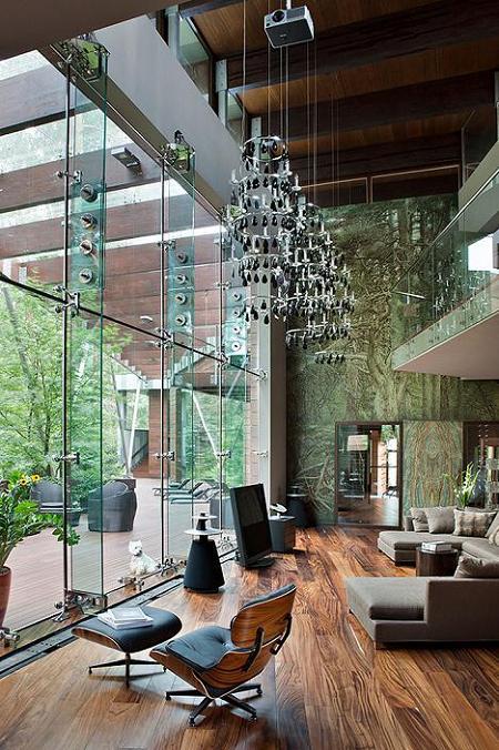Living cu un spectaculos perete vitrat