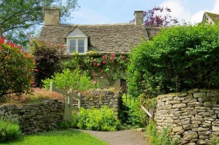 Poze Garduri si porti - Garduri din piatra, perfecte pentru o casa si o gradina rustica