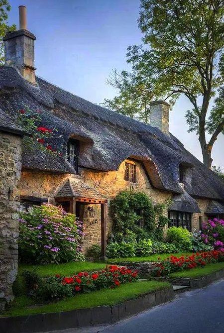 Poze Fatade - Casa in stil cottage cu peretii din piatra si acoperisul din paie