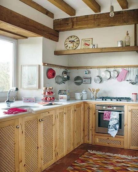 Poze Bucatarie - Bucatarie rustica cu grinzi din lemn masiv si mobilier din lemn