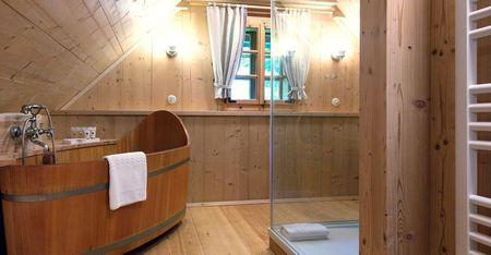 Poze Baie - Cada conefectionata din lemn inntr-o casa traditionala