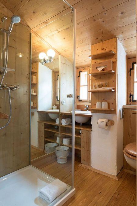 Poze Baie - Mult lemn in baia unei case construita cu materiale si tehnici de construire traditionale