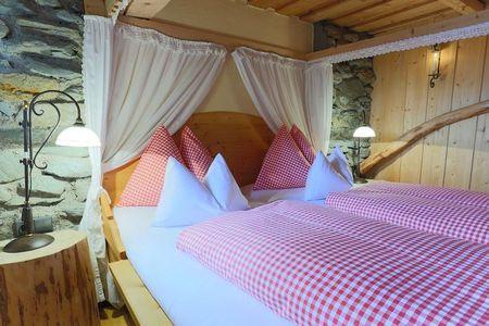 Poze Dormitor - Piatra si lemn in dormitorul rustic