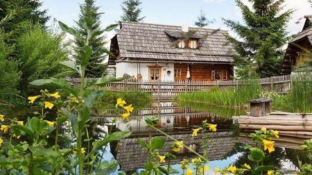 Poze Case lemn - Casa construita cu materiale naturale, intr-un peisaj idilic