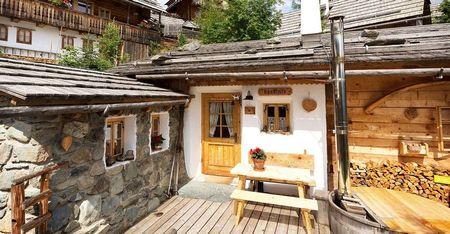 Poze Fatade - Lemn si piatra intr-o incantatoare casa de vacanta construita cu materiale si metode traditionale